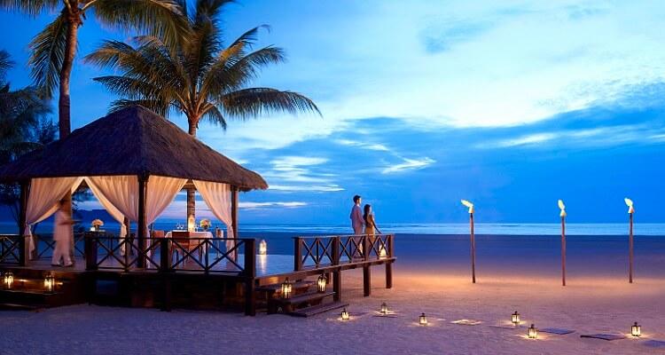 Romantische Stimmung am Strand zur Abendstunde