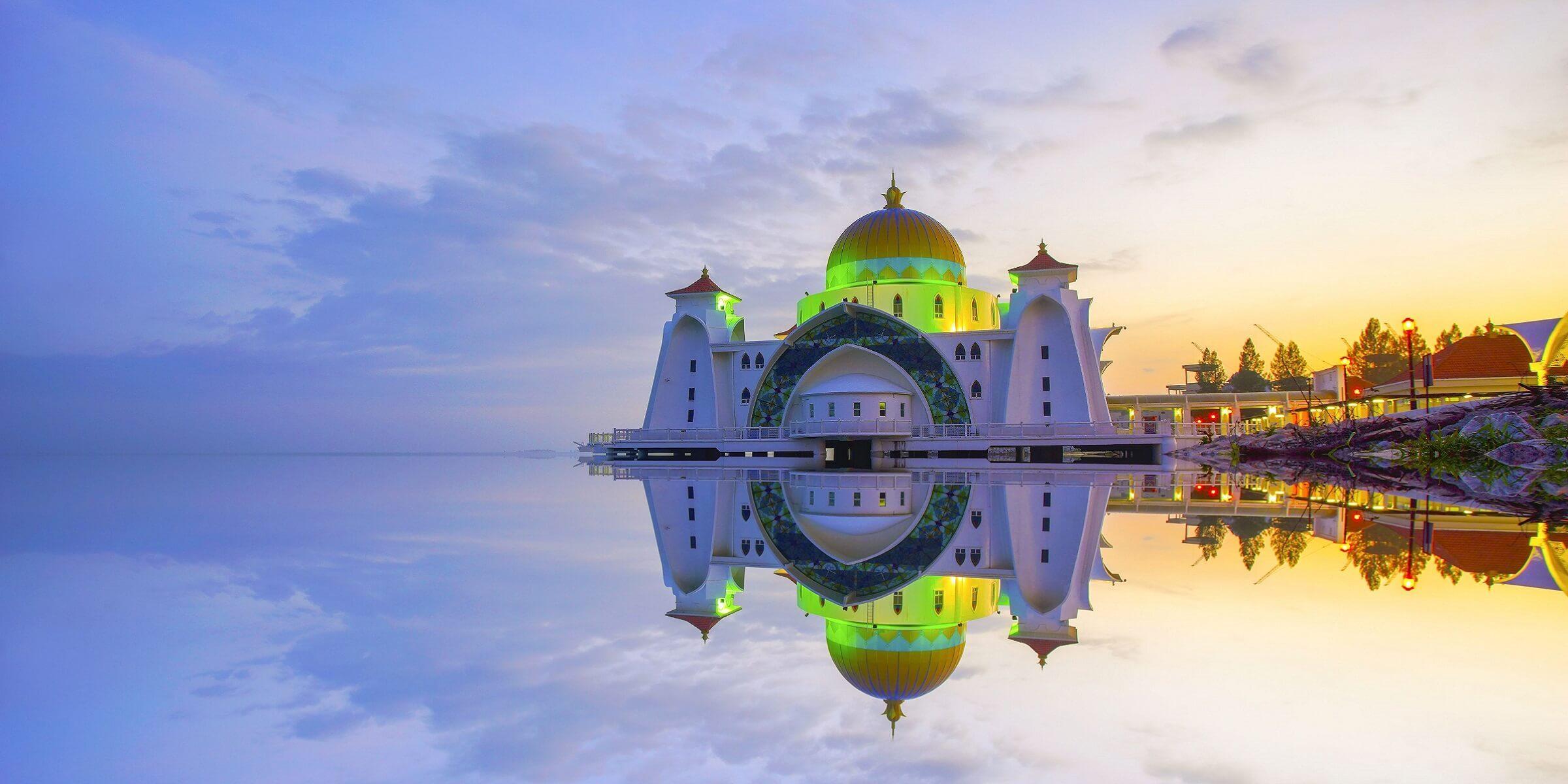 Beeindruckende Moschee in Malacca direkt am Wasser gebaut
