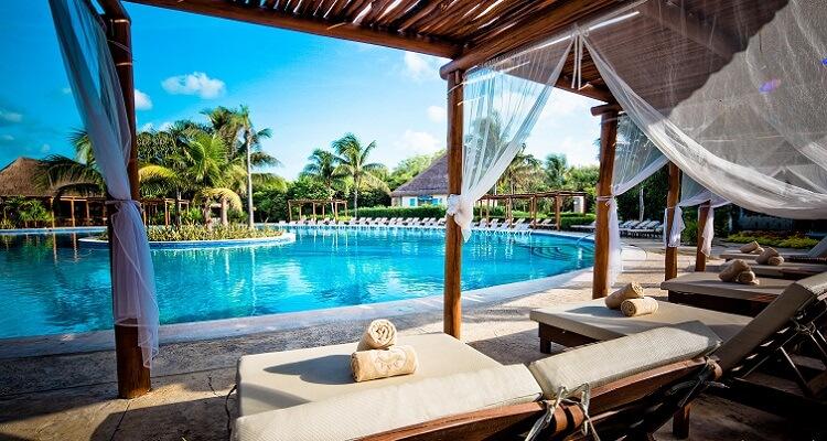 Relaxen an der wunderschönen Poolanlage des Valentin Hotels in Mexiko