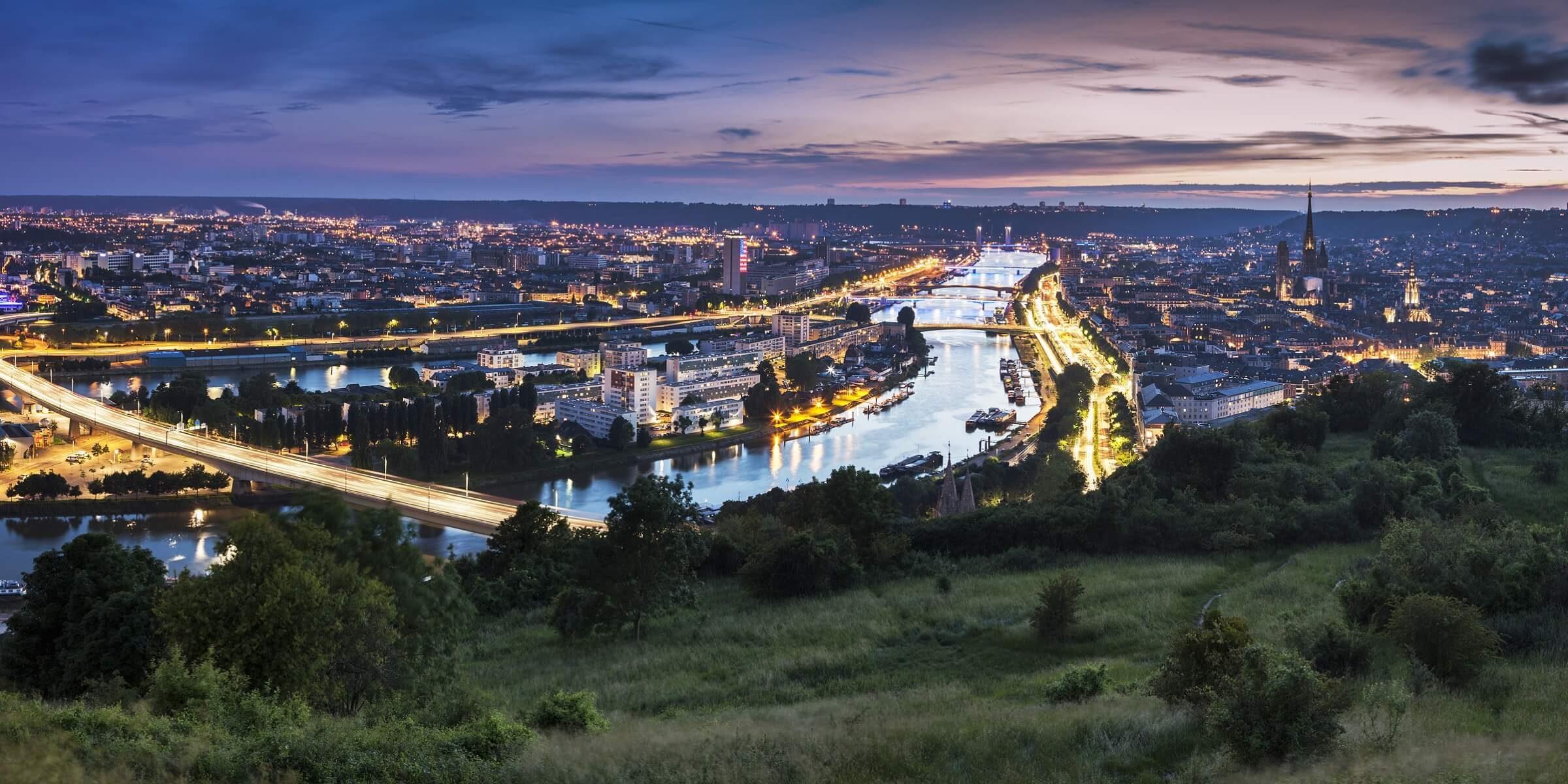 Rouen in der Normandie bei Sonnenuntergang