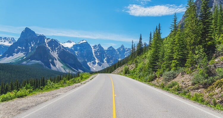 Der Highway zu den Rocky Mountains in Kanada