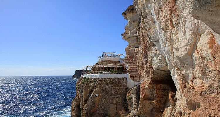Die berühmte Höhlendisco Cova d'en Xoroi auf Menorca