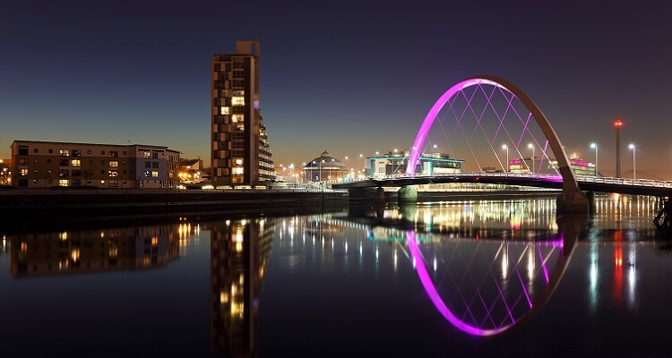 Erleben Sie den Clyde River in Glasgow bei abendlicher Stimmung und Beleuchtung