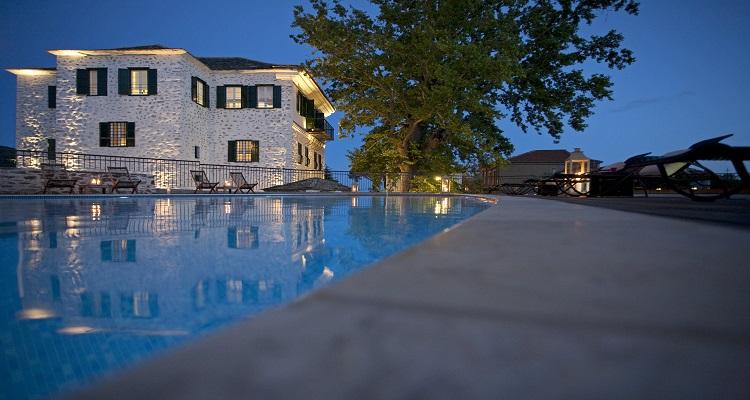 Der Pool der Hotel Despotiko am Abend