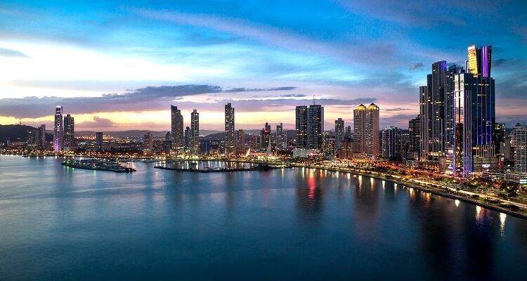 Skyline von Panama City am Abend