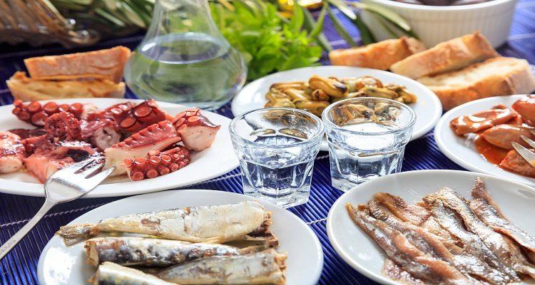 Ouzo und Essen auf Zypern