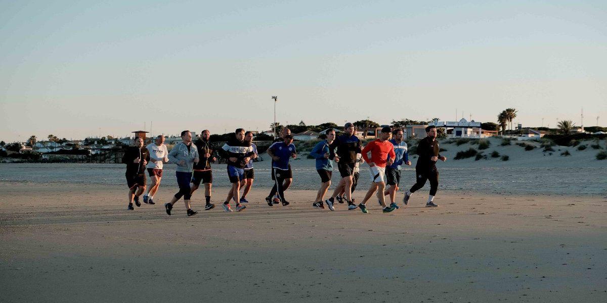 Laufen am Strand beim Men's Health Camp