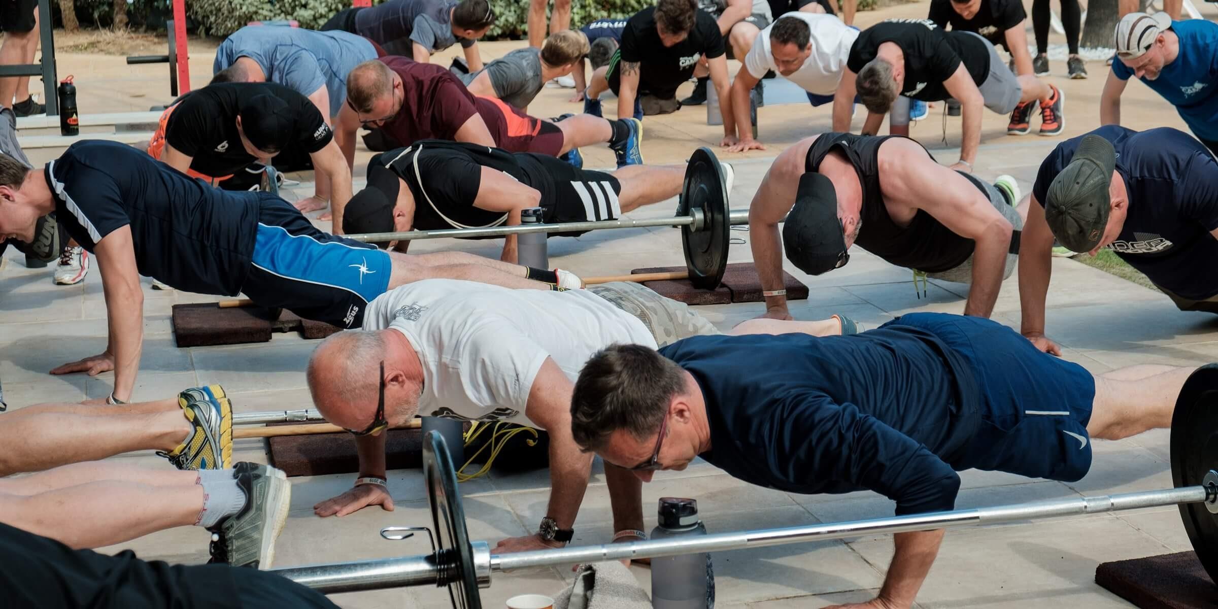 Trainierende Teilnehmer beim Men's Health Camp
