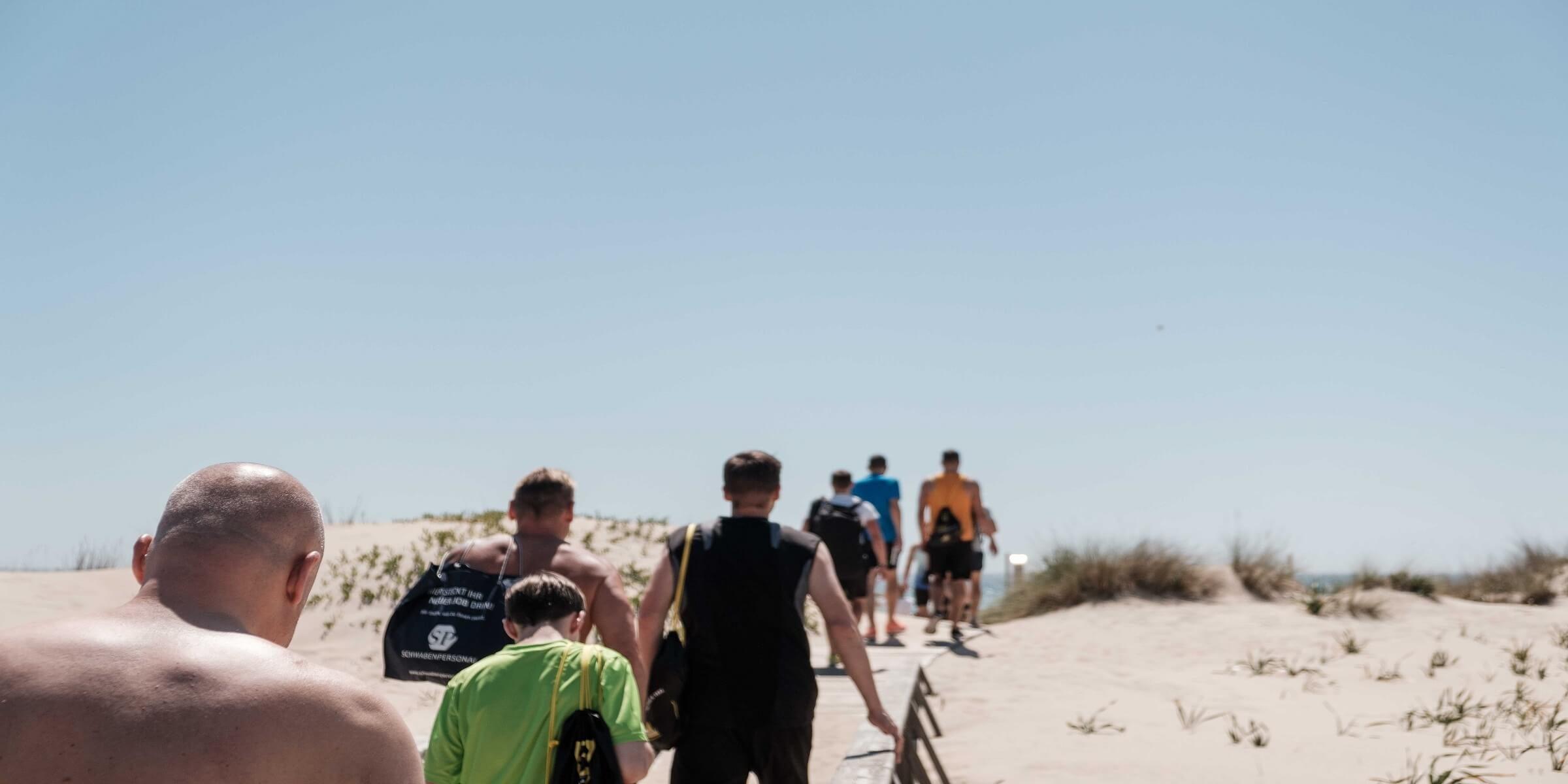 Der Weg zum Strand beim Men's Health Camp