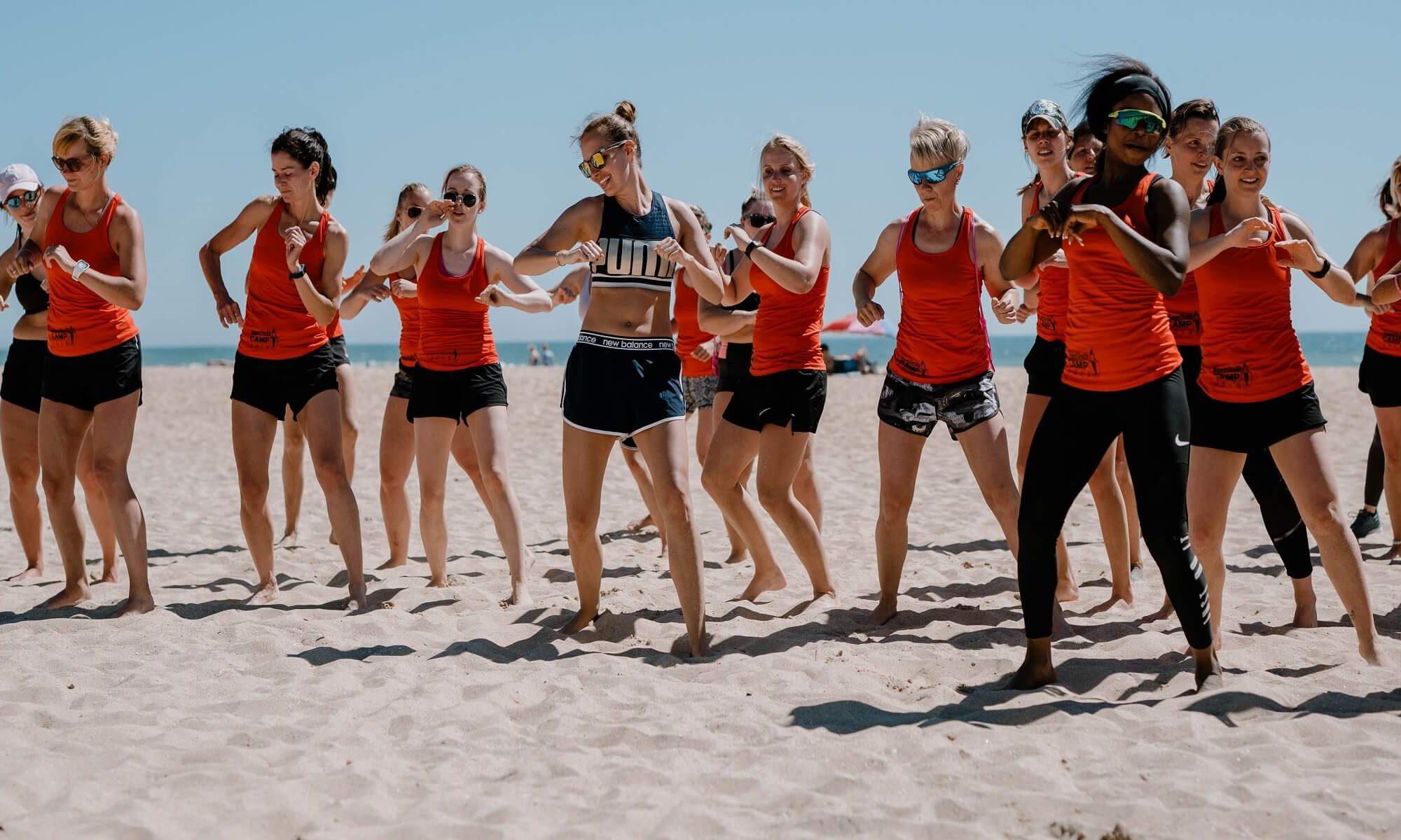 Gruppe am Strand beim Women's Health Camp