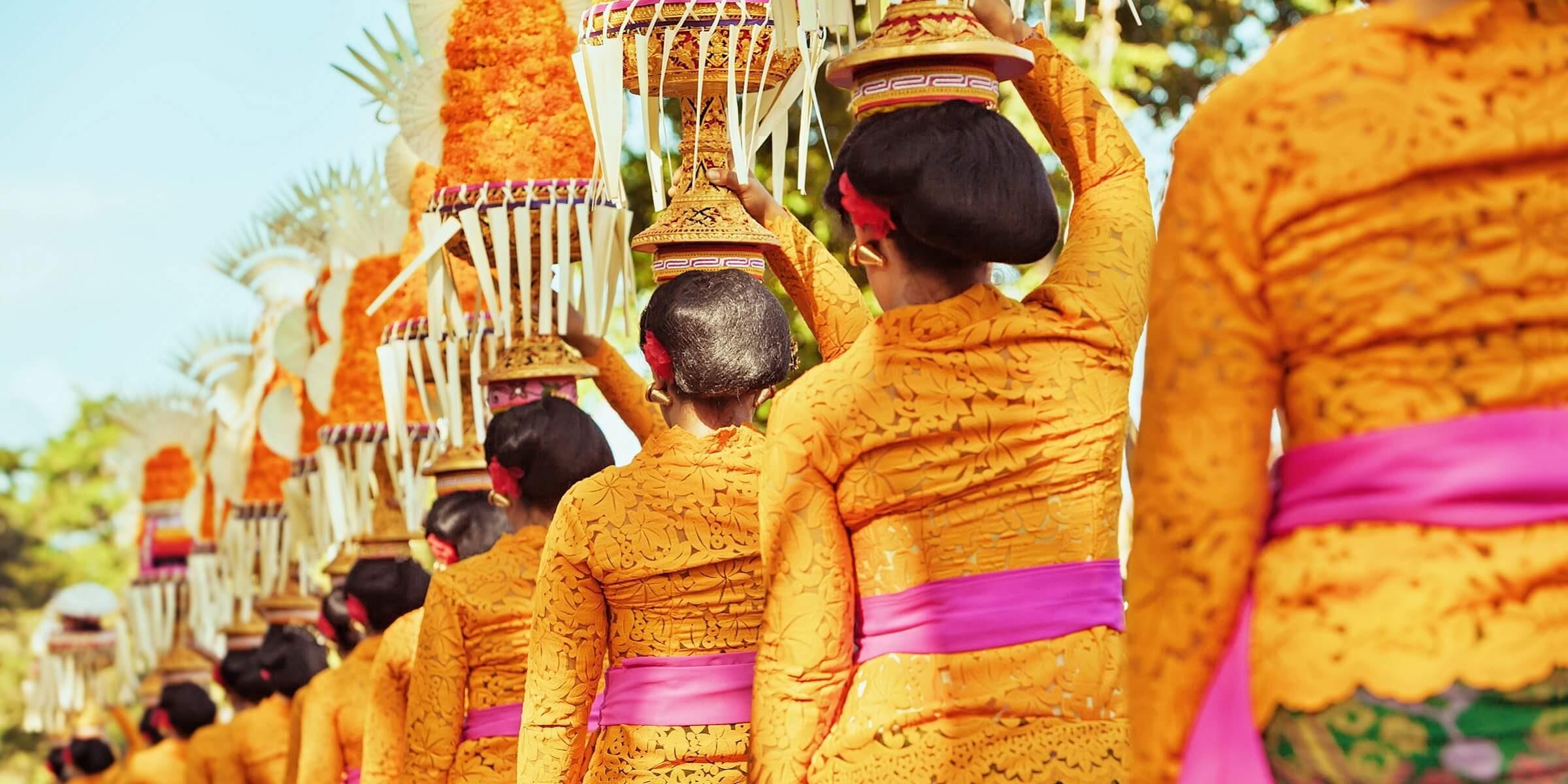 Eine typische Prozession auf Bali bei adamare SingleReisen