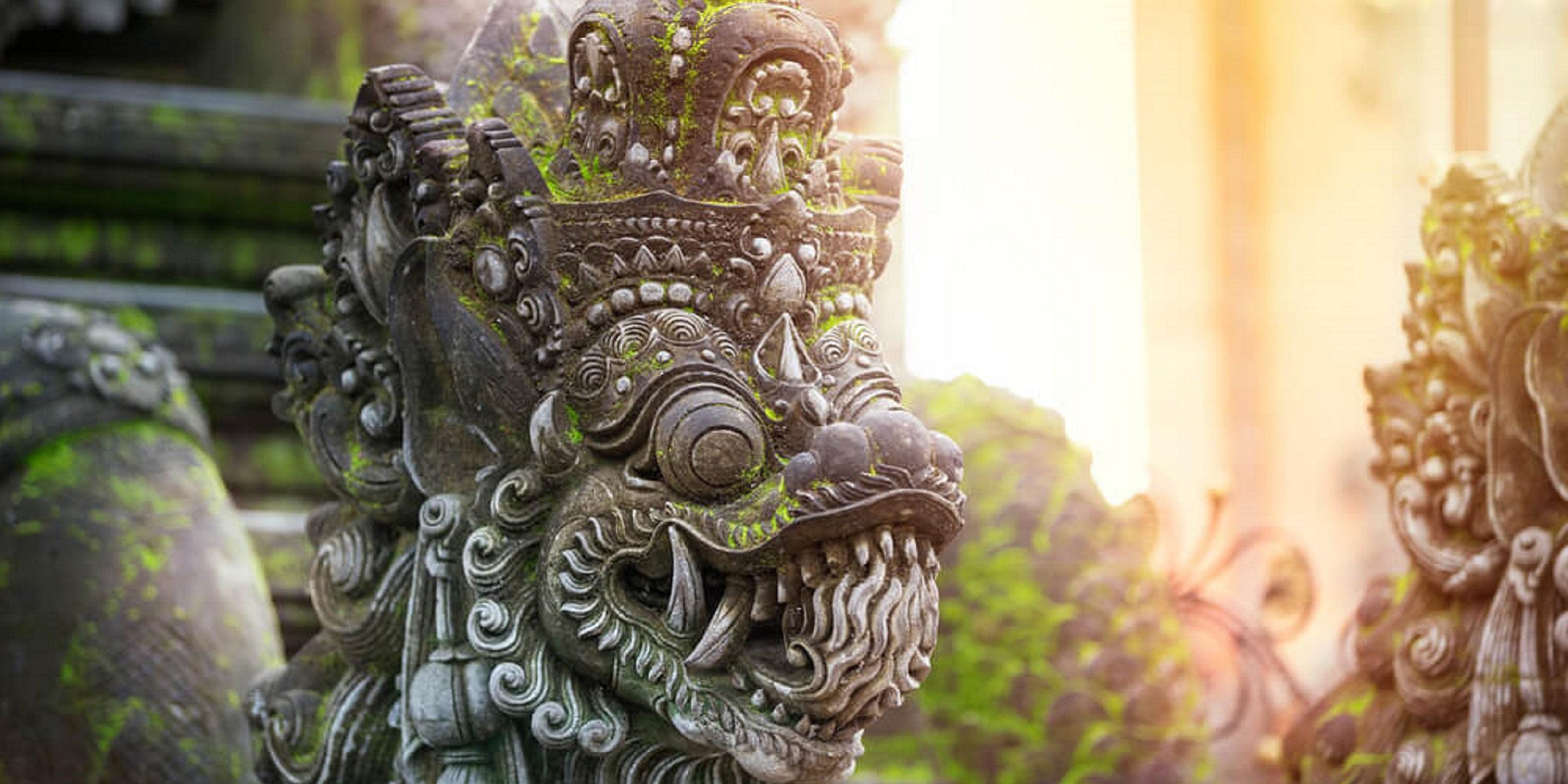 Eine traditionelle Steinfigur auf Bali bei adamare SingleReisen