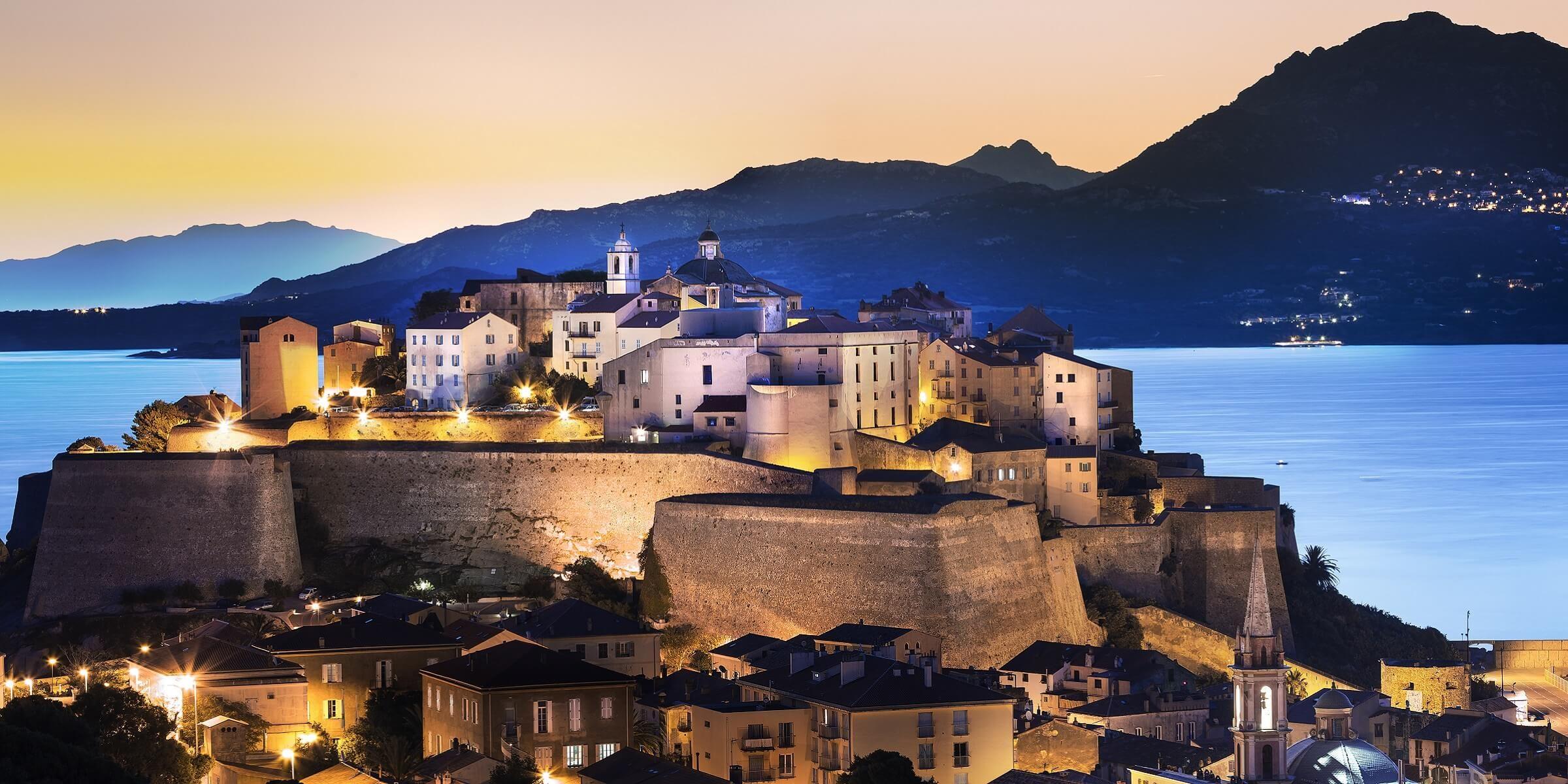 Die Festung in Calvi auf Korsika bei Sonnenuntergang