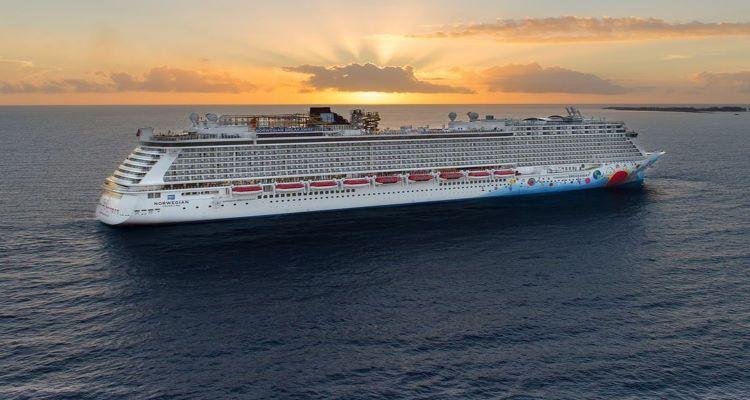 kreusfahrtschiff auf einer reise fuer singles mit der ncl