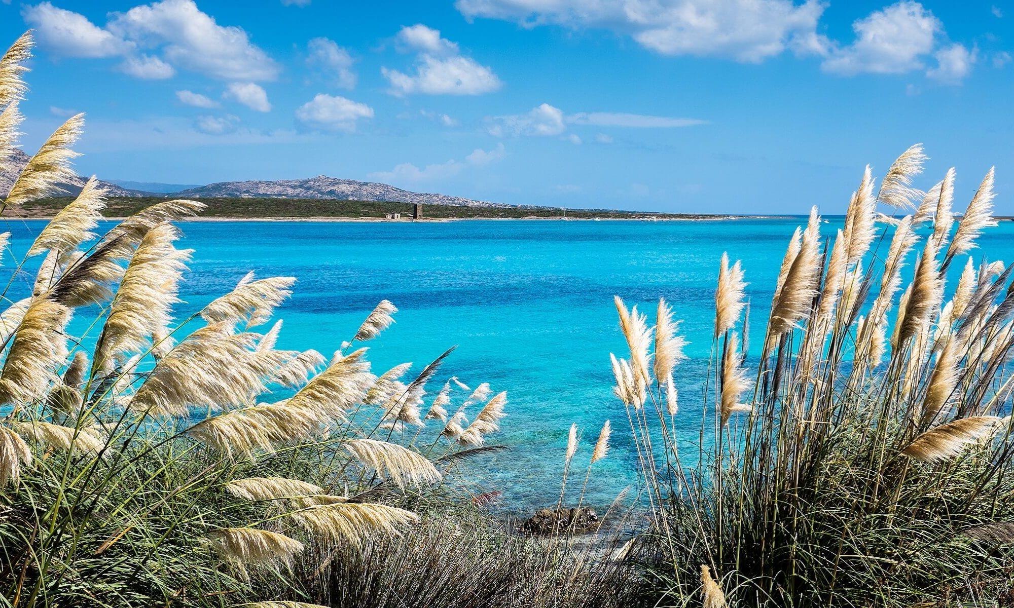 Türkisblaues Meer gibt es am Stintino Strand auf Sardinien