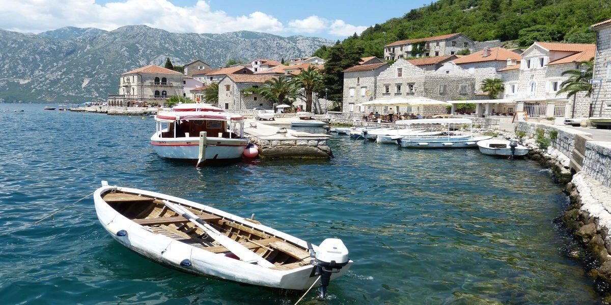 Boot und Hafen in Perast