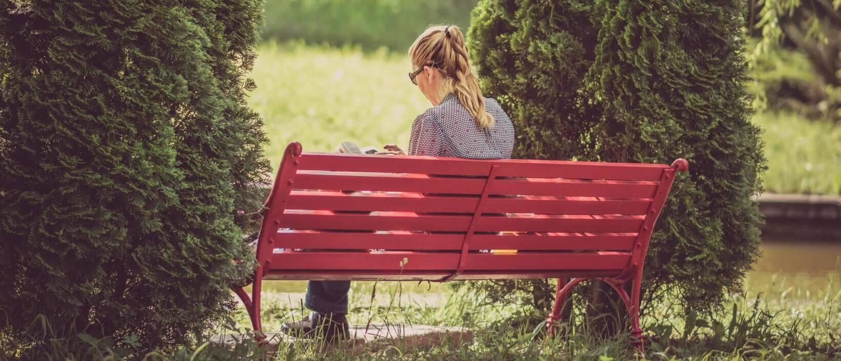 Das Typische Bild, das viele von Singles haben: Einsam und niedergeschlagen. Das ist natürlich Quatsch – das Singledasein hat nämlich einige Vorteile.
