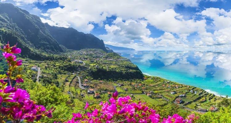 SInglereise nach Madeira - grüne Landschaft Küste
