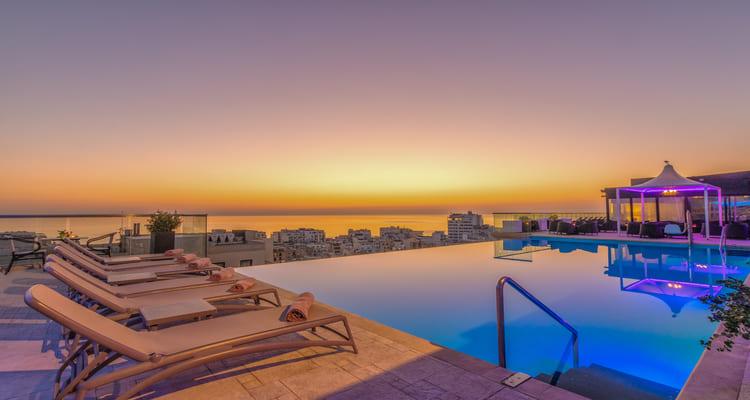 Singlereise nach Malta - Infinity Pool im AX The Palace Sliema