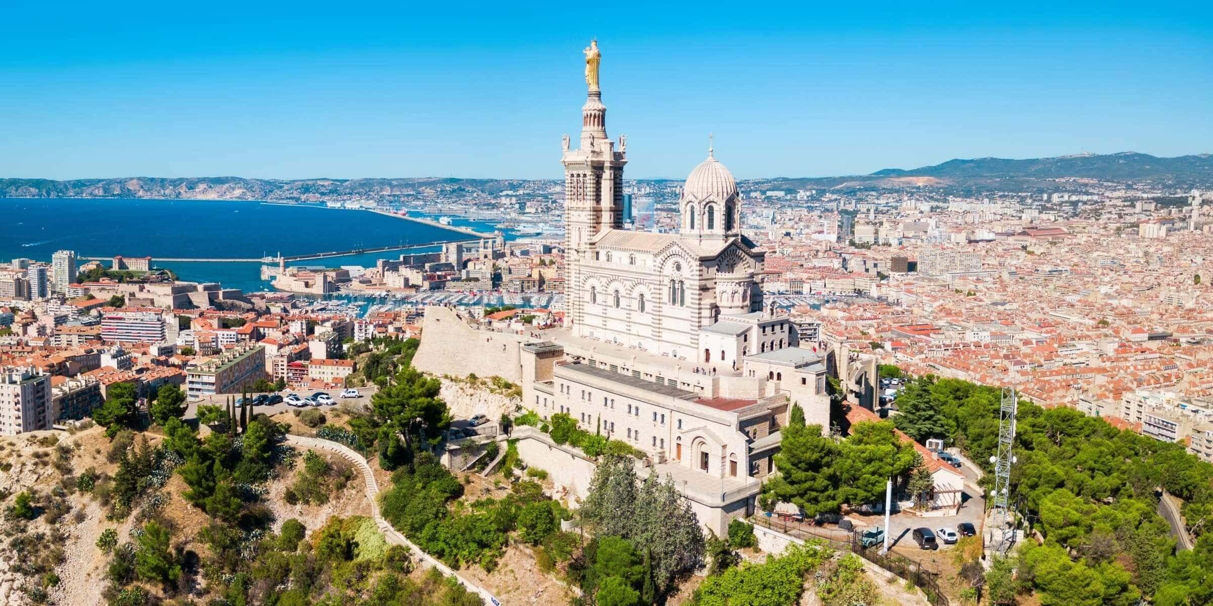 Singlereise nach Marseille - Blick über Kirche und Stadt